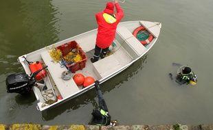 Des pompiers plongeurs ont procédé à des recherches (illustration).