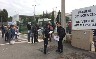 Les étudiants grévistes distribuent des lettre de recours aux étudiants ayant passé leur examens.
