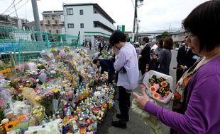 Des dizaines de personnes se sont recueillies sur les lieux du drame.