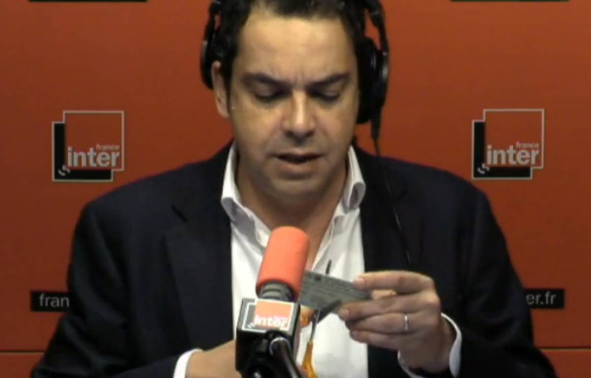 Patrick Cohen découpe sa carte de presse à l'antenne, le 10 mars 2015 – France Inter