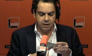 Patrick Cohen découpe sa carte de presse à l'antenne, le 10 mars 2015