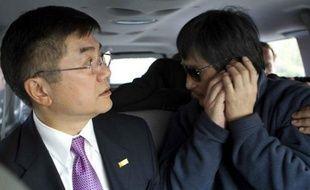 Le dissident chinois Chen Guangcheng a téléphoné depuis sa chambre d'hôpital à Pékin à des élus du Congrès américain réunis jeudi lors d'une audition sur son cas, et a lancé un appel à l'aide en direction de la secrétaire d'Etat Hillary Clinton