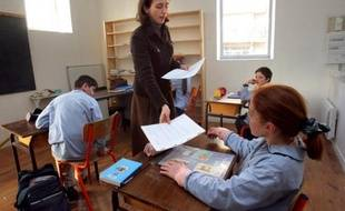 Un professeur rend les Une classe du collège catholique Jean Bosco le 20 décembre 2007 à Rambouillet