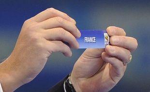 Une main innocente tirera au sort l'adversaire de l'équipe de France lors du tirage des barrages de la Coupe du monde 2014.
