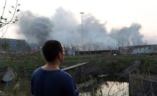 Le 13 août au matin, l'incendie dans un entrepôt à Tianjin, en Chine, continuait de brûler après l'explosion de la veille.