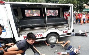 Un fourgon de police a roulé sur des manifestants favorables au président philippin Rodrigo Duterte, mercredi 19 octobre, devant l'ambassade des États-Unis, à Manille (Philippines)