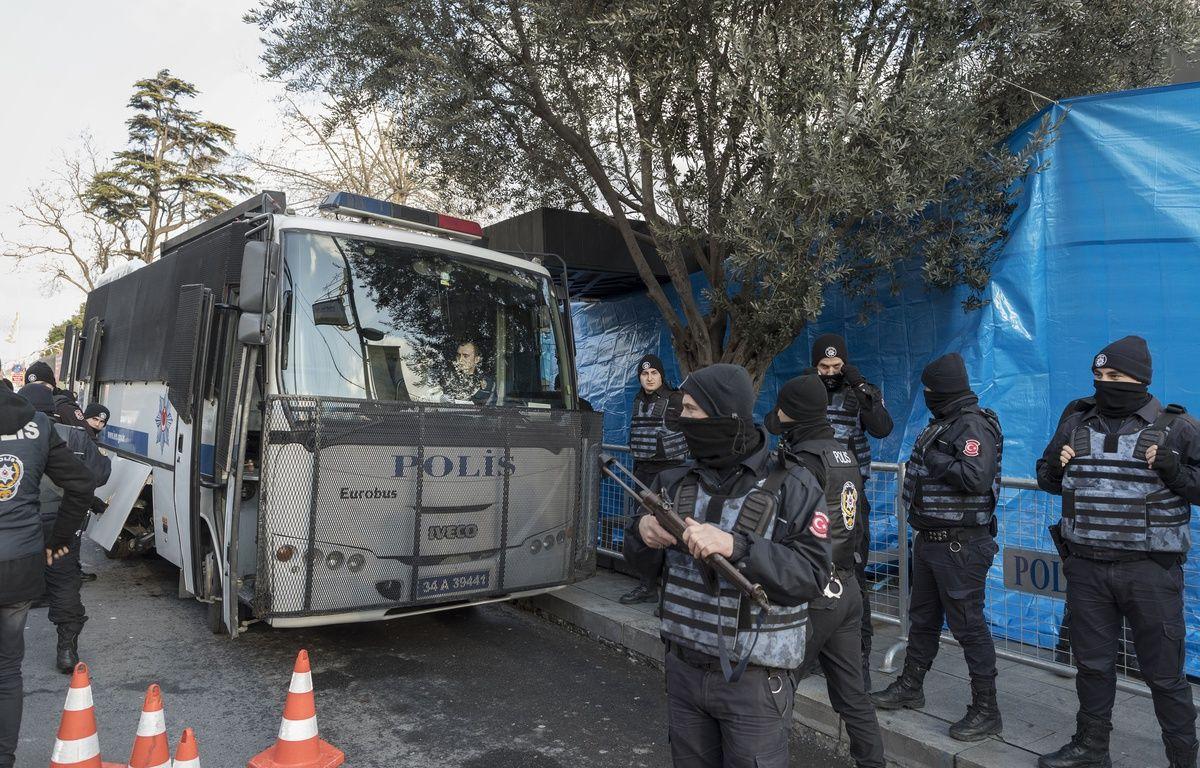 Des policiers surveillent l'entrée de la discothèque  Reina à Istanbul, le 1er janvier 2017. – SIPA