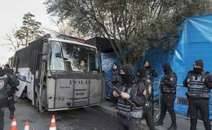 Des policiers surveillent l'entrée de la discothèque  Reina à Istanbul, le 1er janvier 2017.