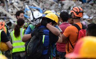 Des sauveteurs s'enlacent le 23 septembre dans les décombres de Mexico.