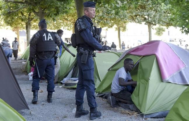Des migrants et réfugiés évacués du square Daviais sous pression de la police, le 23 juillet 2018.
