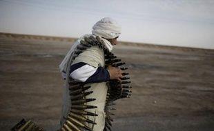 Un soldat opposant au régime libyen porte des munitions à Ajdabiya, Libye, le 2 mars 2011.