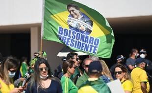 Des manifestants participent à un rassemblement en faveur du président brésilien Jair Bolsonaro et appelant à un modèle de vote imprimé sur l'Esplanade des ministères à Brasilia, au Brésil, le 1er août 2021.