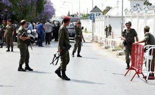Des militaires tunisiens montent la garde le 25 mai 2015 devant la caserne de Bouchoucha à Tunis, où un soldat a tué sept camarades avant d'être abattu