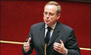 """Le ministre de la Culture Renaud Donnedieu de Vabres a annoncé la réintroduction dans le débat de l'article premier qu'il avait retiré lundi soir et dont des dispositions ouvraient la voie à la licence globale, dans un souci de """"transparence et de clarté""""."""