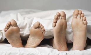 Un couple dans un lit. (Illustration)