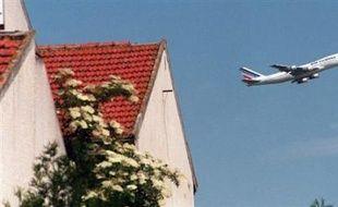Plus de 80 communes riveraines des aéroports de Roissy Charles-de-Gaulle et du Bourget, ou exposées aux nuisances des vols de nuit, tiendront samedi matin un conseil municipal géant face à la Tour Eiffel, ont annoncé les organisateurs.