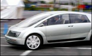 Le ministre des Transports Dominique Perben a indiqué mardi avoir confié à l'ancien pilote de Formule 1, Jean-Pierre Beltoise, une mission de réflexion sur une modulation des tarifs de péages autoroutiers en fonction du degré de pollution des voitures.
