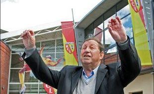Malgré la non homologation de son contrat par la commission juridique de la Ligue (LFP), mercredi, Guy Roux était fidèle au poste et a dirigé tout à fait normalement l'entraînement du RC Lens (L1 de football) jeudi, tout en se montrant confiant pour la suite.