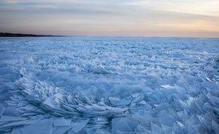 Avec l'arrivée du printemps, le lac Michigan aux Etats-Unis qui avait gelé est en train de fondre.