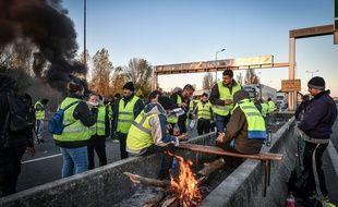 Des «gilets jaunes» bloquent le pont d'Aquitaine, à Bordeaux, le lundi 19 novembre 2018