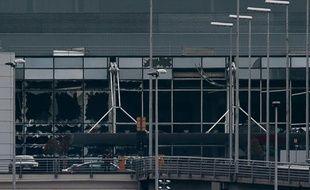 Les vitres d'une partie de l'aéroport de Bruxelles ont été soufflées lors de deux explosions qui ont fait au moins 13 morts et 35 blessés, le 22 mars 2016