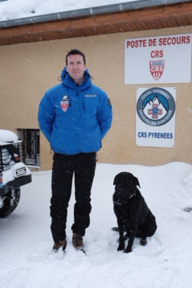 Hervé Sarthe et Hoock, son labrador, tous deux membres de la CRS montagne de Gavarnie, dans les Hautes-Pyrénées.