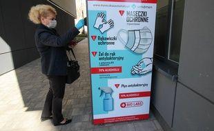 Un distributeur de masques en cours d'utilisation à Varsovie, en Pologne, le 11 avril 2020.