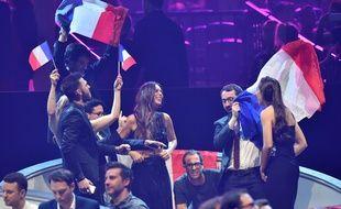 La chanteuse Alma (au centre), entourée de la délégation française à Kiev (Ukraine), le 13 mai 2017, lors de l'Eurovision.