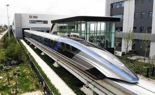 Une photo aérienne d'un train Maglev, le 20 juillet 2021 dans la province du Qingdao, en Chine