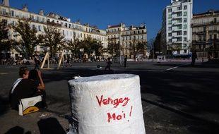 Un manifestant proteste contre l'abattage d'un arbre place Jean-Jaurès à Marseille