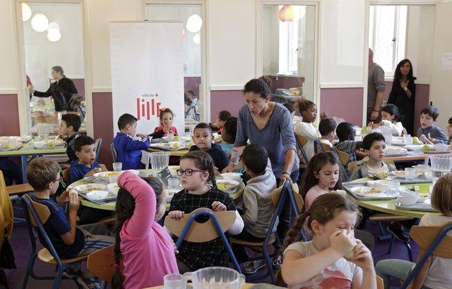Lille, le 19 septembre 2016. Des enfants magent a la cantine scolaire de l'ecole Viala Voltaire.