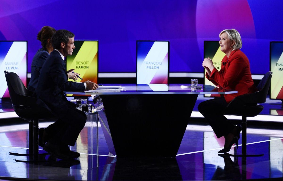 Marine Le Pen et David Pujadas dans l'émission L'entretien politique sur France 2, le 20 avril 2017.  – Martin BUREAU / POOL / AFP