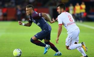Le Parisien Neymar échappe au Toulousain Corentin Jean, lors du match de Ligue 1 entre le PSG et le TFC, le 20 août 2017 au Parc des Princes.