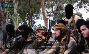 Capture d'écran fournie le 19 novembre 2014 par le centre américain de surveillance des sites islamistes (SITE) montrant Abou Maryam(C), Abou Osama(2e D) et Abou Salman(D), trois jeunes combattants du groupe Etat islamique appelant les musulmans de France à rejoindre les rangs jihadistes - SITE Intelligence Group.
