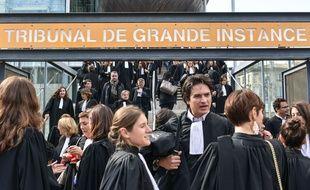 Des avocats ont manifesté contre la réforme de l'aide juridictionnelle jeudi 15 octobre devant le TGI de Bordeaux.