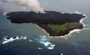 Photo publiée le 19 août 2014 par la Garde côtière du Japon et montrant la nouvelle île volcanique créée récemment au large du pays