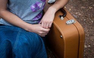 Une jeune femme qui s'apprête à partir en vacances.