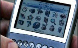 """Le fabricant canadien de l'assistant numérique Blackberry, le groupe RIM, se lance à l'assaut de l'Europe avec son nouveau """"smartphone"""" qui pour la première fois intègre des fonctions multimédia."""