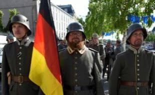 """Des """"reconstitueurs"""" en costume de soldat allemand le 27 mai 2016 à Verdun."""