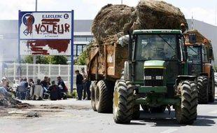Manifestation d'agriculteurs, devant un dépôt de la grande distribution à Saint Etienne de Montluc près de Nantes, le 11 juin 2009.