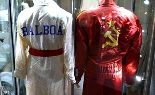 Un aperçu des lots, ici des peignoirs vu dans la saga «Rocky», de la vente aux enchères de  costumes et accessoires appartenant à Sylvester Stallone qui se tiendra en décembre 2015 à Los Angeles.