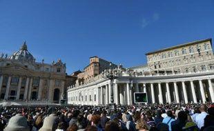 Des fidèles réunis sur la place Saint-Pierre de Rome, le 1er novembre 2015
