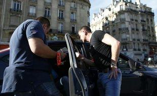Des policiers contrôlent un VTC (Voiture de Tourisme avec Chauffeur) à Paris, le 30 juin 2015