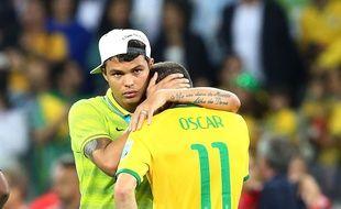 Thiago Silva réconforte Oscar après la défaite face à l'Allemagne à Belo Horizonte le 8 juillet 2014