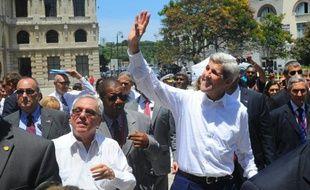 Le secrétaire d'Etat américain John Kerry visite le quartier historique de La Havane, le 14 août 2015 dans le cadre du rétablissement des relations diplomatiques entre Cuba et les Etats-Unis