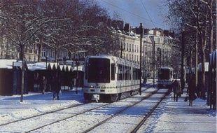 La mise en service du premier tramway moderneà nantes le 7 janvier 1985. Ici l'arrêt Commerce.