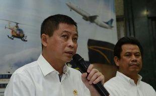 Le ministre indonésien des Transports Ignasius Jonan (g) et le directeur général eu Transport aérien M. Suprasetyo donnent une conférence de presse sur la disparition de l'avion avec 54 personnes à bord, le 16 août 2015 à Jakarta