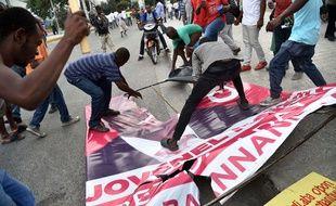 Manifestation de l'opposition au candidat du parti au pouvoir Jovenel Moise, le 16 décembre 2015 à Pot-au-Prince (Haïti).