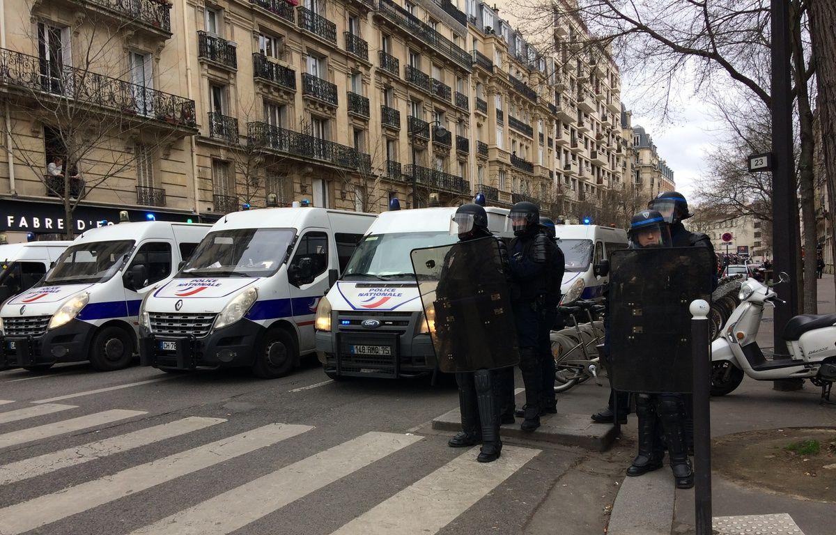 Policiers mobilisés le 23 février 2017 sur la manifestation non autorisée de lycéens parisiens en soutien à Théo. – C. Politi / 20 Minutes
