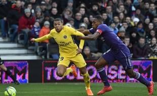 Le capitaine du TFC Issa Diop à la lutte avec l'attaquant parisien Kylian Mbappé, le 10 février 2018 au Stadium de Toulouse.